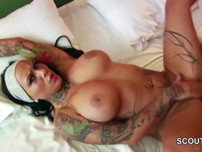 Tattoo Porno Star Kitty Core beim Casting mit normalen Typ