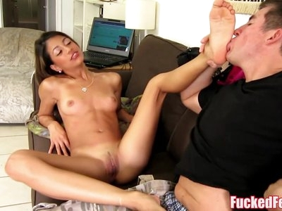 Latin babe Veronica Rodriguez Meets Foot Lover On Streets!
