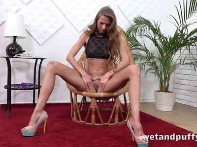Wetandpuffy - Cute brunette Paris Divine enjoys squirting
