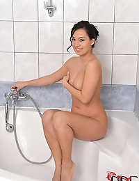 Rosalina Love Soaps & Sprays Her Romanian Snatch In The Tub