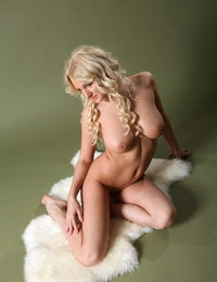 Superb blonde Jessica likes to pose her stunning forms