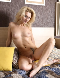 Gorgeous Serena blonde babe posing completely naked